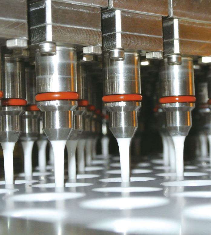 从容器成型、内容物填充,到贴标签,所有工序都是在无菌室内进行。